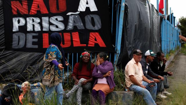 Delegado diz por que destruiu aparelho de som do acampamento pró-Lula