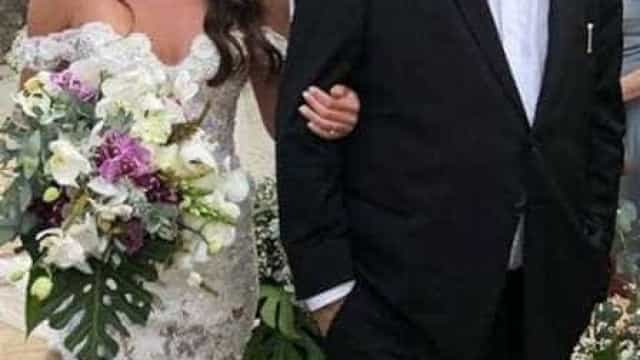 Letícia Datena se casa em cerimônia reservada e entra acompanhda do pai