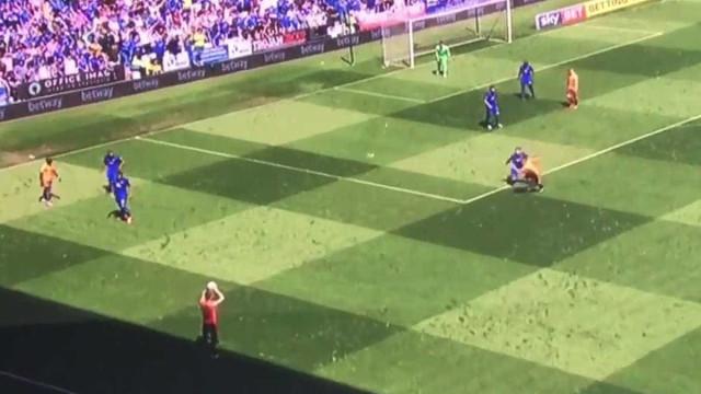 Jogador cobra lateral na linha da sombra e árbitro nem percebe; assista