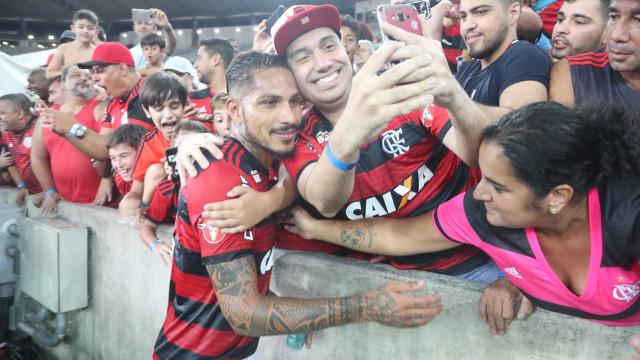 Emocionado, Guerrero cai nos braços da torcida: 'Futebol é minha vida'