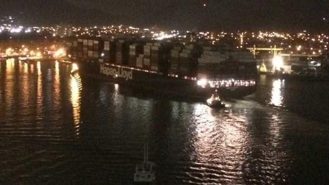 Navio desgovernado atinge três balsas no Porto de Santos