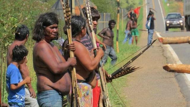 Índios bloqueiam rodovia, cobram pedágio e ameaçam PRF