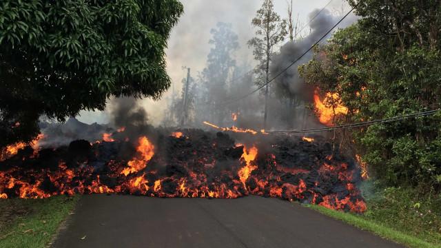 Erupção de vulcão continua a causar destruição no Havaí