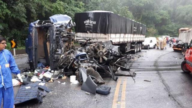 Carretas se chocam e deixam cinco feridos na RJ-116
