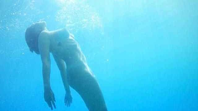 Giselle Itié publica foto nua no fundo mar: 'Ninguém nasce mulher'