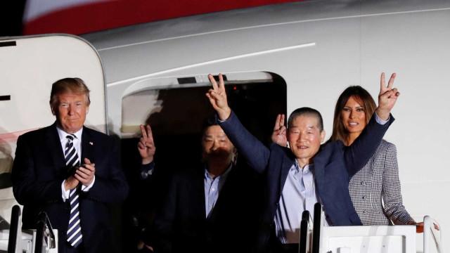 Norte-americanos libertados pela Coreia do Norte chegam aos EUA