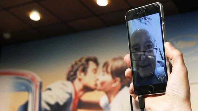 Cineasta Godard não aparece em Cannes e manda alô pelo celular