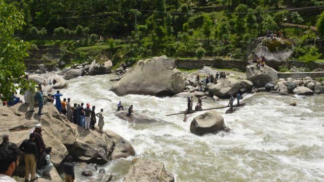 Queda de ponte mata ao menos cinco estudantes no Paquistão