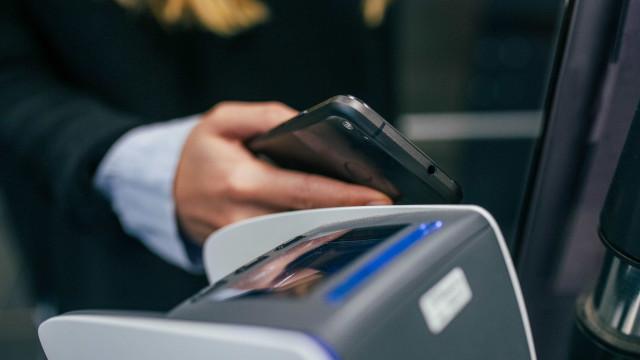 Brasileiros usam cada vez mais canais eletrônicos para transações