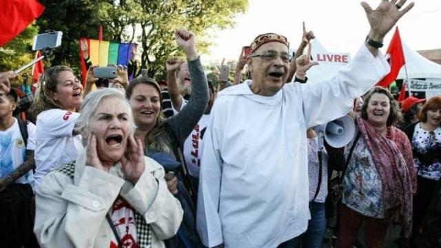 Monge visita Lula na prisão e os dois rezam juntos