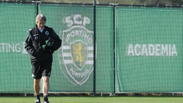 Torcedores encapuzados invadem CT do Sporting e agridem jogadores