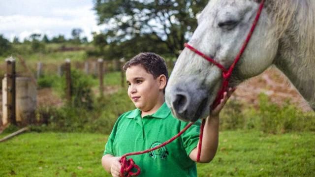Menino cego compete e treina com cavalo que também não enxerga
