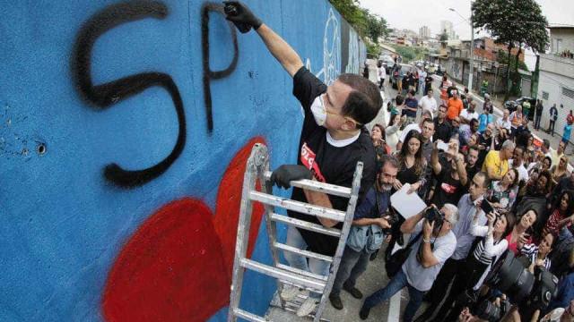 Murais de rua criados por Doria sofrem com mato alto e lixo