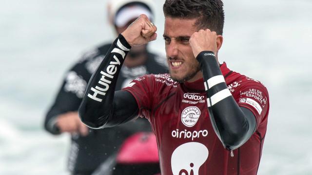 Filipe Toledo 'atropela' australiano e vence etapa de Saquarema