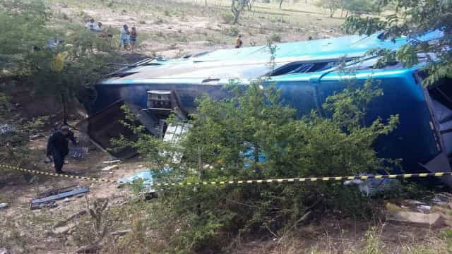 Acidente com ônibus de turismo deixa 2 mortos e 32 feridos em SE
