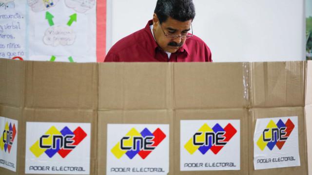 Maduro vota em eleições e nega que Venezuela seja ditadura