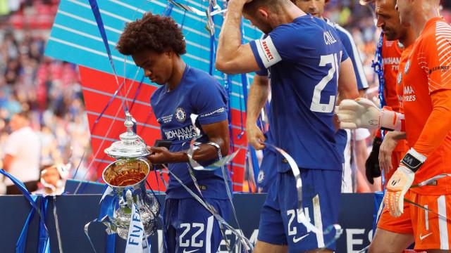 Willian 'esconde' técnico do Chelsea em foto de título e gera polêmica