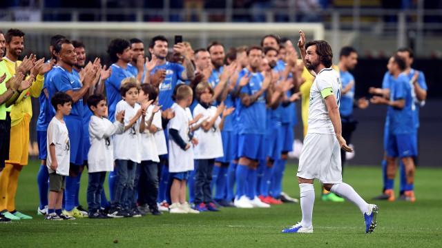 Com Ronaldo e Cafú, Pirlo é ovacionado em despedida oficial do futebol