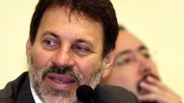 Prestes a ser preso, Delúbio é aplaudido por petistas ao se despedir
