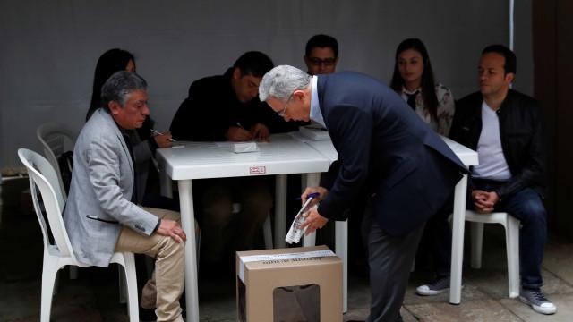 Uribe vota em meio a acusações de envolvimento com narcotráfico