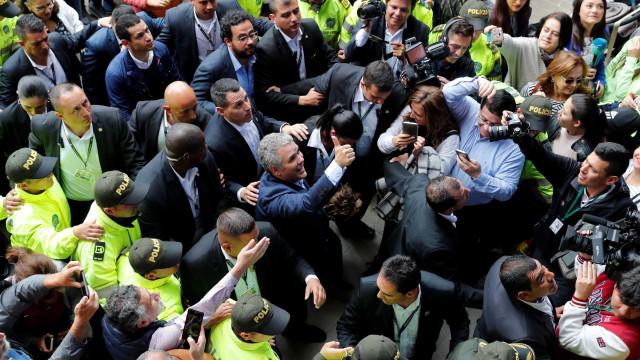 Aliado de Uribe vai enfrentar ex-guerrilheiro no 2º turno na Colômbia