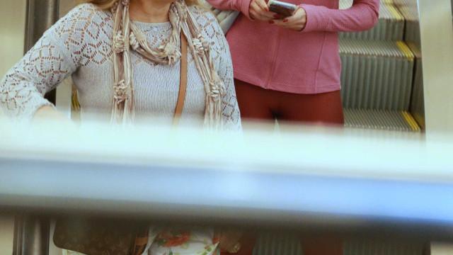 Patrícia Poeta aparece sem maquiagem em passeio com a mãe