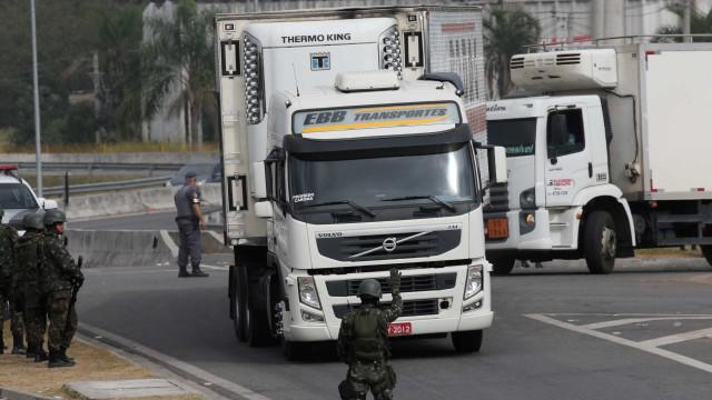 Caminhoneiros dispersam com ajuda do Exército e estradas são liberadas