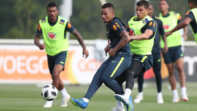 Tite observa opções táticas em treino da seleção brasileira