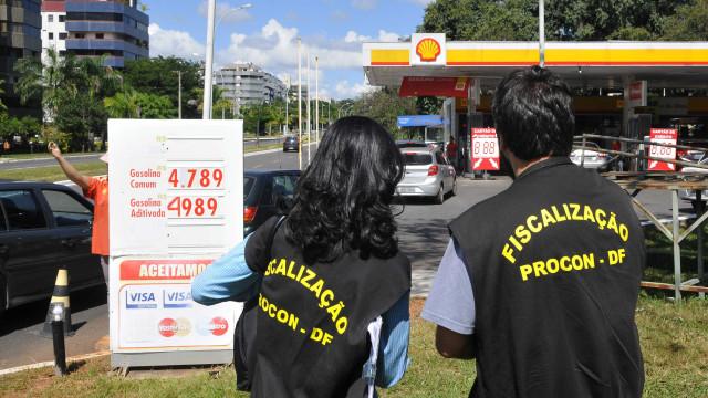 Procon autua postos que venderem gasolina com preço acima de R$ 5,00