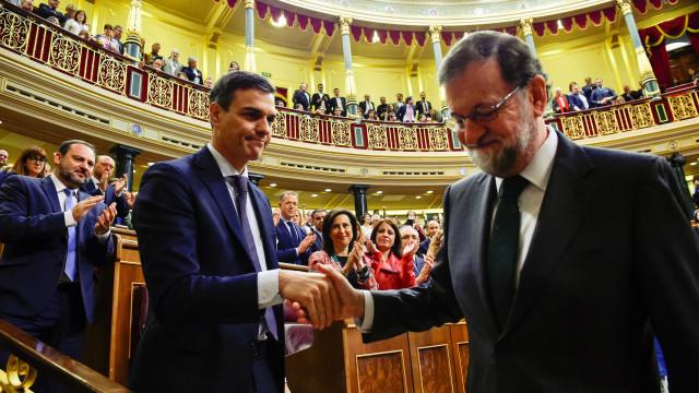 Socialista assume governo espanhol após Parlamento destituir premiê