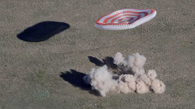Astronautas retornam à Terra trazendo bola para a Copa do Mundo; fotos