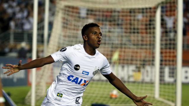 Com hat-trick do menino Rodrygo, Santos 'atropela' o Vitória