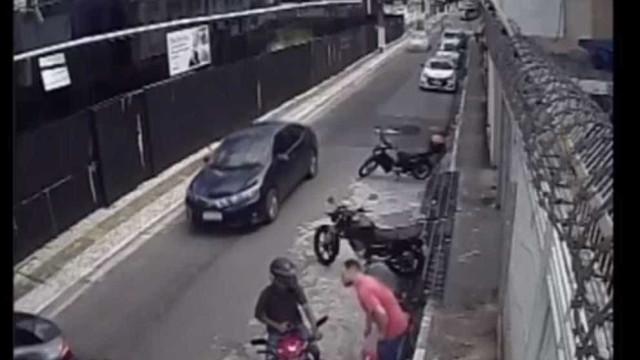 Câmeras de segurança flagram motoqueiro atirando em vítima no Pará