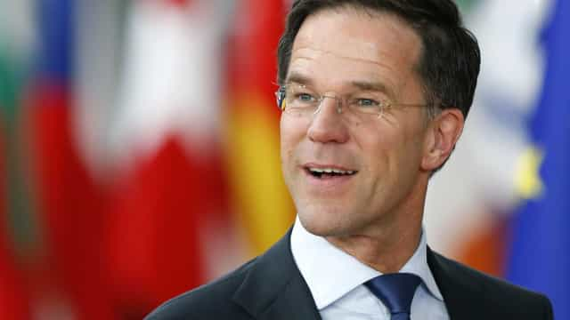 Premiê holandês vira assunto por limpar café no chão do Parlamento