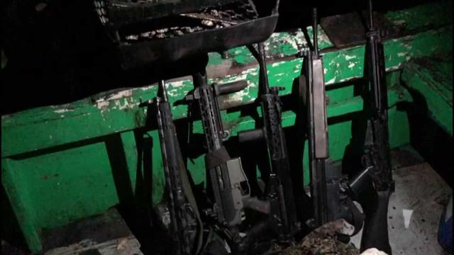 Polícia apreende fuzis e granadas em barco na Baía de Guanabara