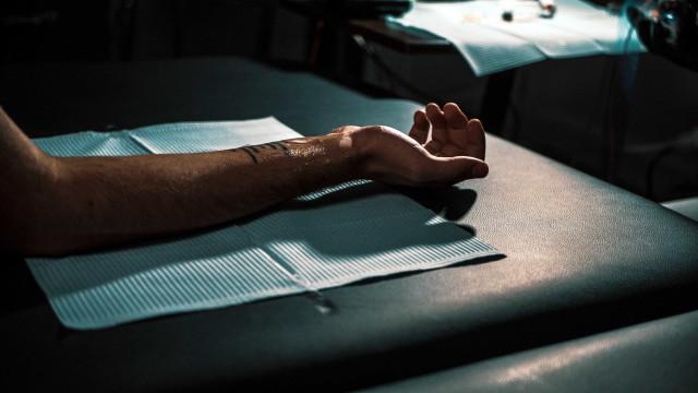 Remoção de tatuagem 'vexatória' pelo SUS pode virar lei no RJ