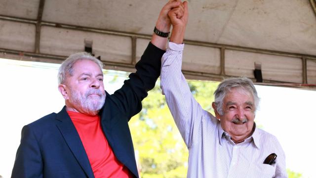 Mujica deve visitar Lula na carceragem da PF nesta quinta
