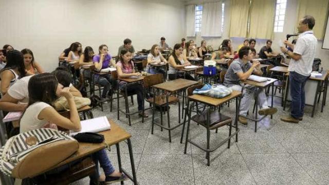 Projeto quer permitir uso de celular dentro da sala de aula em GO