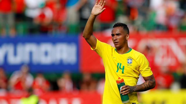Danilo é cortado de partida contra a Costa Rica; Fagner será titular