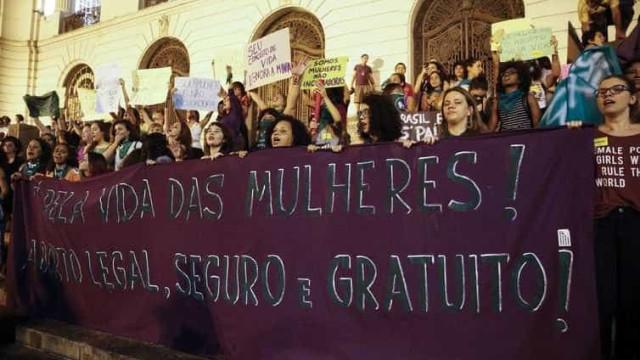 Manifestantes fazem passeata no Rio pela legalização do aborto