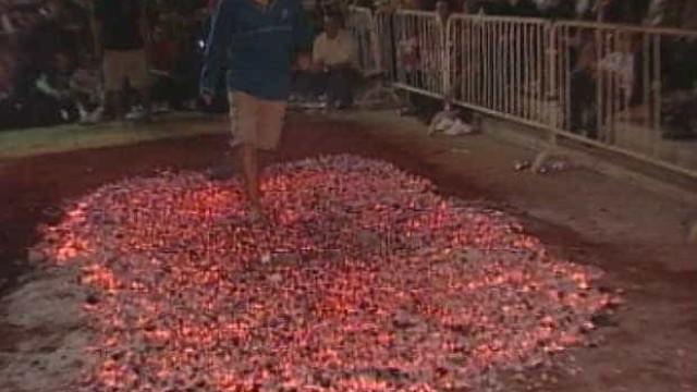 São João: fiel fica ferido ao passar descalço por braseiro de fogueira