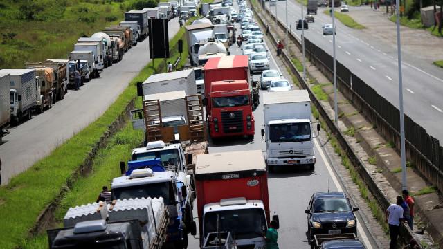 Prejuízos provocados por greve dos caminhoneiros somam mais de R$ 50 bi
