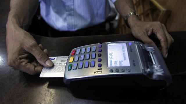 Juros do cartão de crédito caem 25 pontos, para 303,6% ao ano