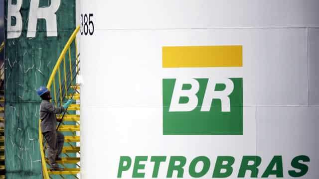 Petrobras sobe 8% e ajuda a puxar Bolsa; dólar cai para R$ 3,74