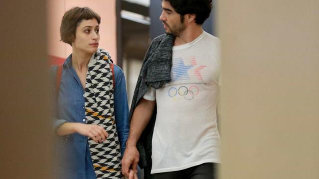 Luiza Arraes e Caio Blat passeiam agarradinhos no Rio