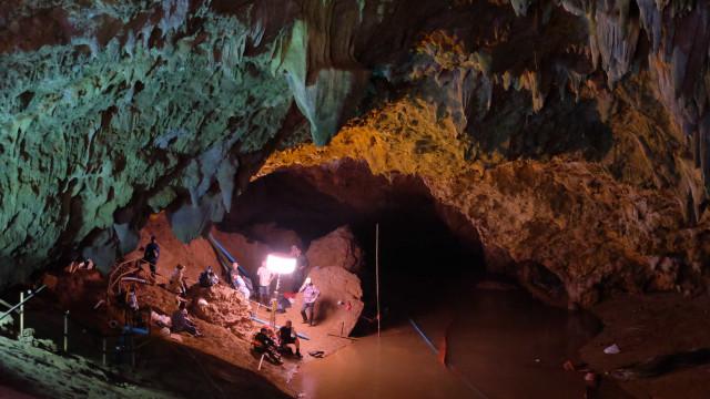 Equipes de resgate lutam contra o tempo e falta de oxigênio em caverna
