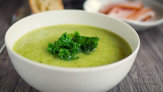 Aprenda a fazer uma sopa detox verde para se aquecer sem sair da dieta