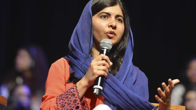 No Rio, Malala visita projeto de grafite e assiste a futebol na praia