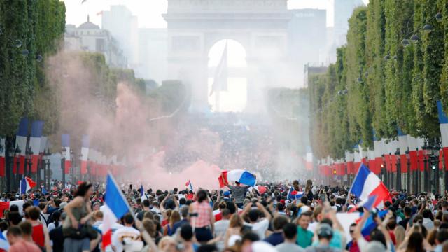 Franceses tomam a Champs-Élysées para comemorar bi da Copa; veja