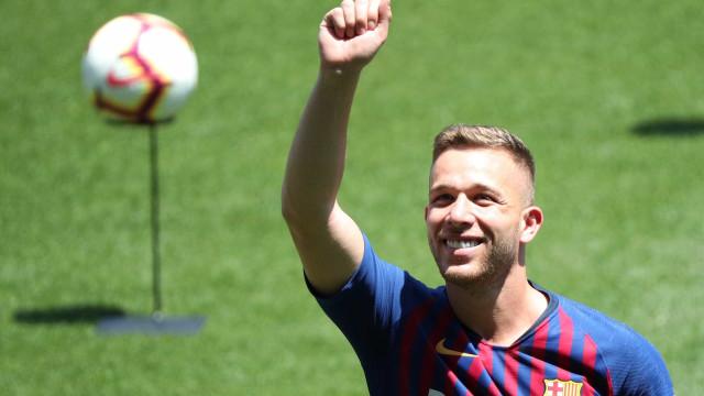 Arthur cita apoio de Neymar e diz não temer comparação com Iniesta